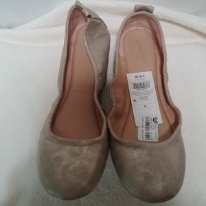 NWT Women's Delaney Gold Round Toe Ballet Flats